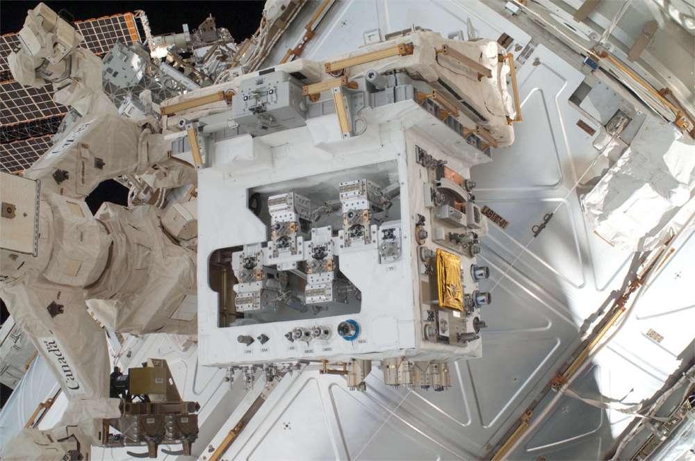 Dextre (à gauche) avec le module de la mission de ravitaillement robotique (RRM) qui simule un satellite (au centre). L'assistance aux satellites pourrait à terme devenir un marché de niche. © Nasa