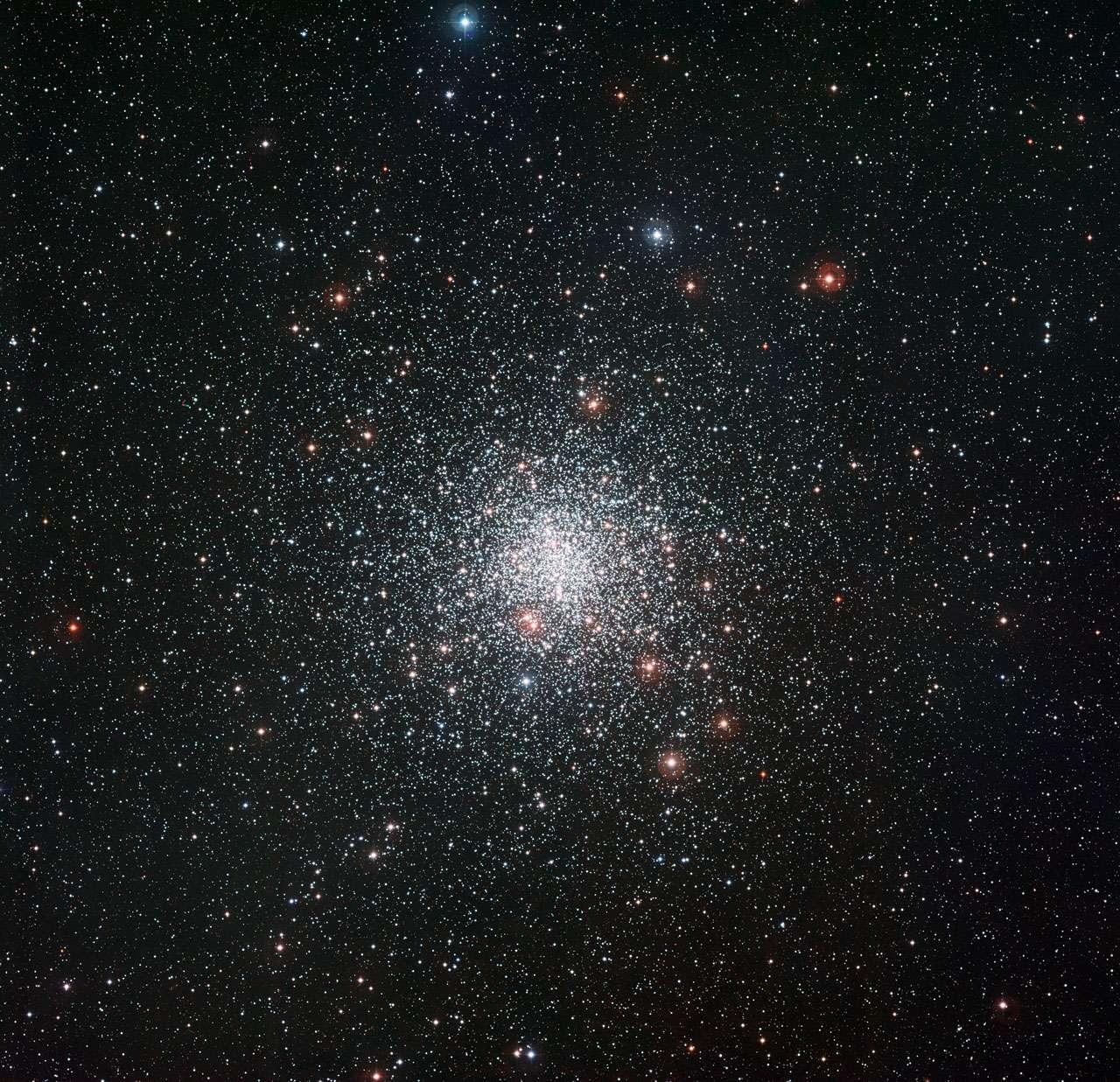 Cette image prise avec la caméra WFI sur le télescope MPG/ESO de 2,2 mètres à l'Observatoire de La Silla de l'ESO montre le spectaculaire amas globulaire Messier 4. Cette grosse boule d'étoiles vieilles est l'un de ces systèmes stellaires les plus proches de la Terre. Elle se trouve dans la constellation du Scorpion à proximité de la lumineuse étoile rouge Antarès. © ESO
