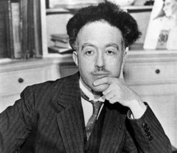 Louis de Broglie a étudié l'histoire avant de se tourner vers la physique. Dans sa thèse, passée en 1923, il associe une onde au mouvement d'une particule et établit une relation entre la quantité de mouvement de la particule et la longueur d'onde. Ce faisant, il fonde la mécanique ondulatoire et pose les bases qui permettront à Schrödinger de découvrir sa fameuse équation quelques années plus tard. © DP, Wikipédia