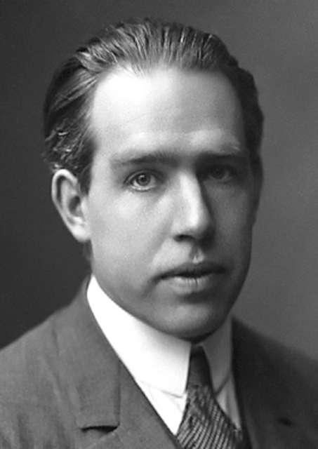 Dans sa thèse de 1911, Niels Bohr a le premier formulé ce que l'on connaît maintenant sous le nom de théorème de Bohr-van Leeuwen. Il rendait impossible l'existence des aimants, et plus généralement du magnétisme de la matière, dans le cadre de la physique classique. On peut penser que cette découverte a persuadé Bohr que l'on ne comprendrait pas les atomes sans de nouvelles hypothèses physiques. En 1913, il a ensuite proposé son célèbre modèle quantique de l'atome. © Wikipédia, DP