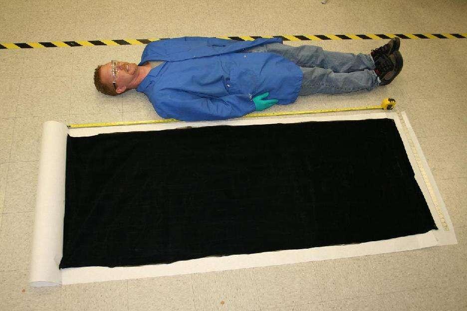 Un homme pourrait s'y allonger... mais en repartirait couvert de particules noires. © Nanocomp Technologies
