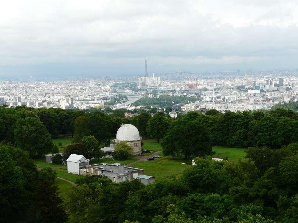 L'Observatoire de Meudon domine Paris ; la grande coupole abrite la lunette de 83 centimètres de diamètre. Crédit J-B Feldmann