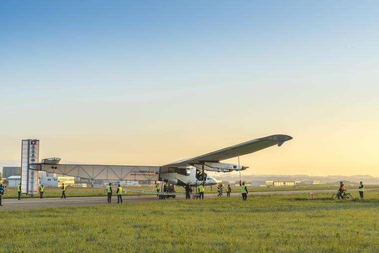 L'avion solaire SI2, lors de sa première sortie, le 14 avril 2014. Cet appareil de 72 m d'envergure (à peu près égale à celle d'un Boeing 747) pèse (seulement) 2,3 tonnes. Ses quatre hélices sont entraînées par des moteurs électriques de 17,5 CV alimentés par 17.248 cellules photovoltaïques et quatre batteries d'une masse totale de 633 kg. © Solar Impulse