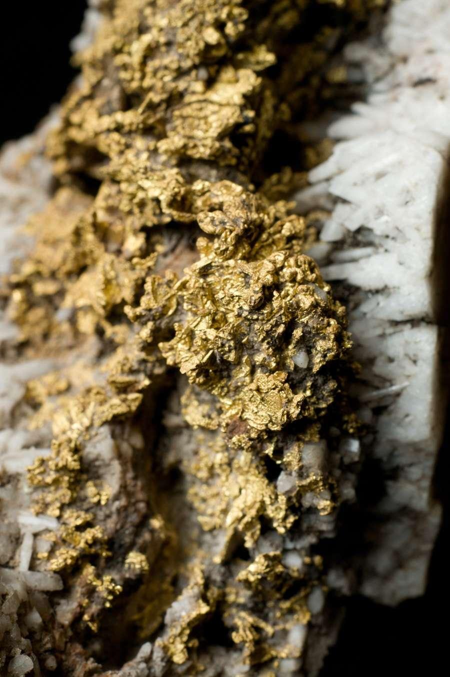 On peut extraire l'or par lixiviation avec une solution de cyanure en introduisant de l'air, si bien que l'on obtient un complexe de cyanure. L'extraction de l'or est toujours très polluante, mais certaines usines, de plus en plus, font attention et recyclent leurs matériaux : ici le sens de l'économie rejoint l'écologie pour une fois ! © Ra'ike, GNU 1.2