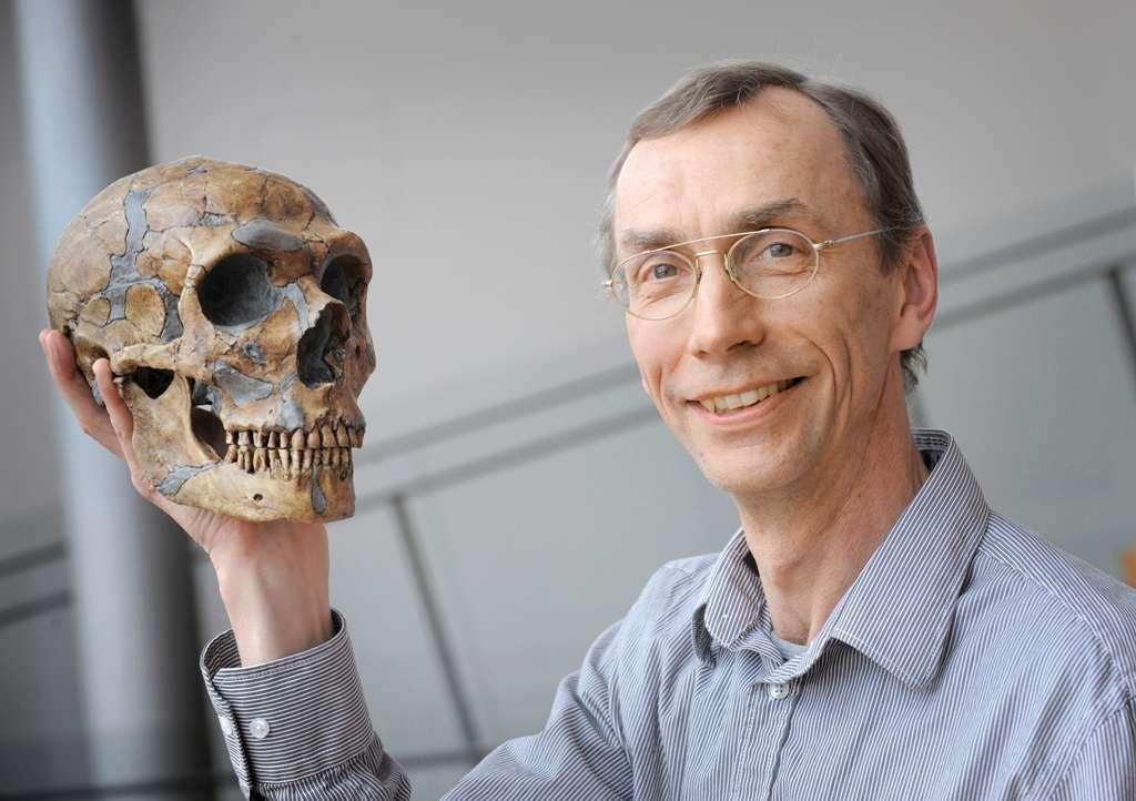 Svante Pääbo tenant dans sa main le crâne d'un Homme de Néandertal. Crédit : Max Planck Institute for Evolutionary Anthropology, Leipzig