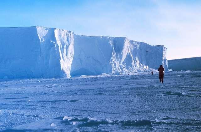 Sur la plateforme Ross, dans la baie des Baleines. C'est là d'où Roald Amundsen est parti pour son expédition vers le pôle Sud, en octobre 1911. © Michael Van Woert/NOAA / Flickr CC by-nc-sa 2.0
