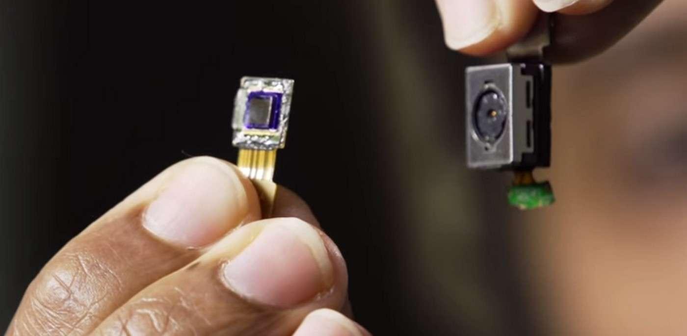 À gauche, l'appareil photo FlatCam de l'université Rice. À droite, un appareil photo-vidéo muni d'un objectif comme on en trouve sur les smartphones. La différence d'encombrement est impressionnante, mais la qualité d'image n'est, pour le moment, pas comparable. © Rice University, YouTube