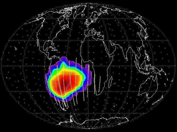 Cartographie du flux de protons perçu par les CCD de Corot derrière blindage. La trajectoire du satellite est représentée en jaune. On y voit les huit passages par l'anomalie magnétique de l'Atlantique sud. Les couleurs indiquent une intensité de radiations croissante du bleu au rouge. © Cnes