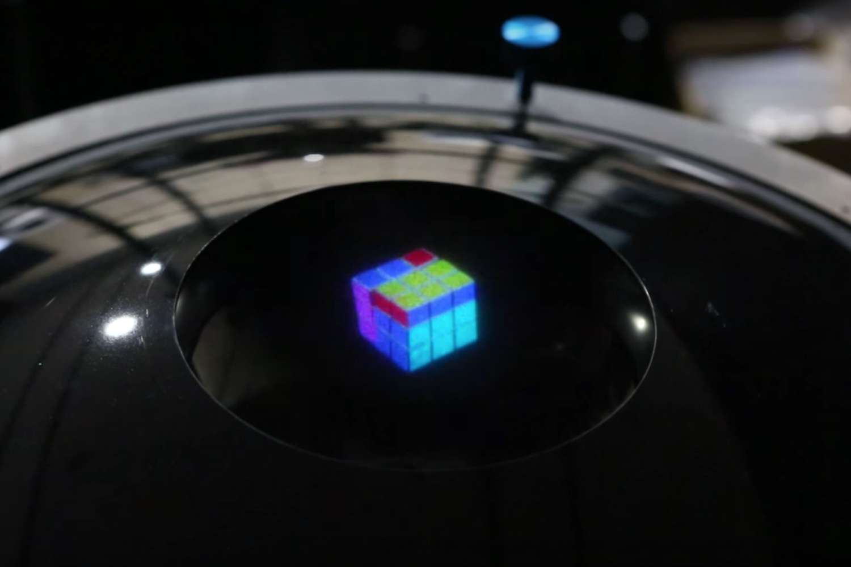 Ce petit Rubik's Cube virtuel est un hologramme de 7 centimètres. Selon ses concepteurs, il s'agit du premier véritable hologramme en couleur jamais réalisé. © NocutVideo, ETRI, YouTube