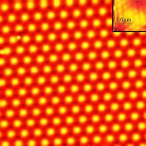 Cette image prise à l'aide d'un microscope à effet tunnel montre le film en plomb épais de deux couches d'atomes seulement. Chaque cercle jaune dans le coin en haut à droite représente un atome. Il s'agit d'un zoom sur l'image. Crédit : Dr. Ken Shih, The University of Texas, Austin