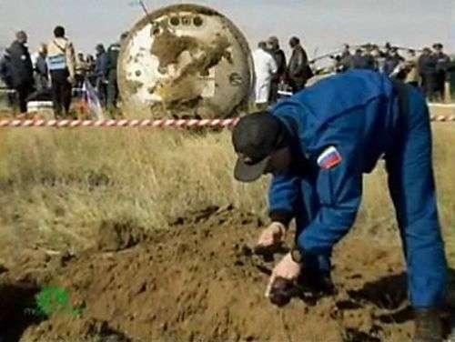 Image de la télévision russe (reprise par MCNBC) montrant un cratère laissé par l'impact de Soyouz. Crédit Nasa