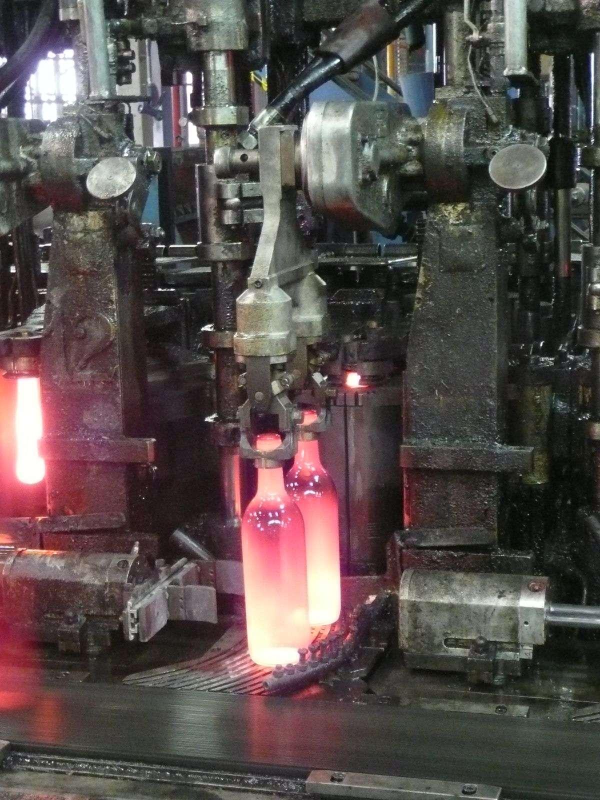 Ces bouteilles, ici portées à 600°C, sont composées à 70% de verre recyclé. © G. Macqueron / Futura-Sciences