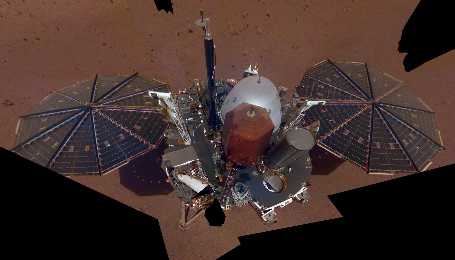 Voici le premier selfie au complet d'InSight, pris le 6 décembre à Sol 10, soit à son dixième jour sur Mars. © Nasa/JPL-Caltech