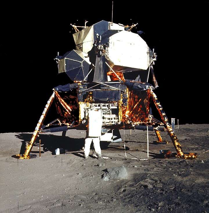 Aldrin devant le LM. Seule la partie supérieure de l'engin, au-dessus des jambes d'atterrissage, a quitté la Lune. © Nasa