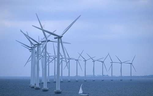 Les éoliennes offshore bénéficient de vents plus constants que les éoliennes terrestres. La mise en réseau de ces parcs permet de produire de l'électricité de manière continue et avec une amplitude de variations plus faible. © Less Salty, Wikimedia Commons, cc by sa 3.0