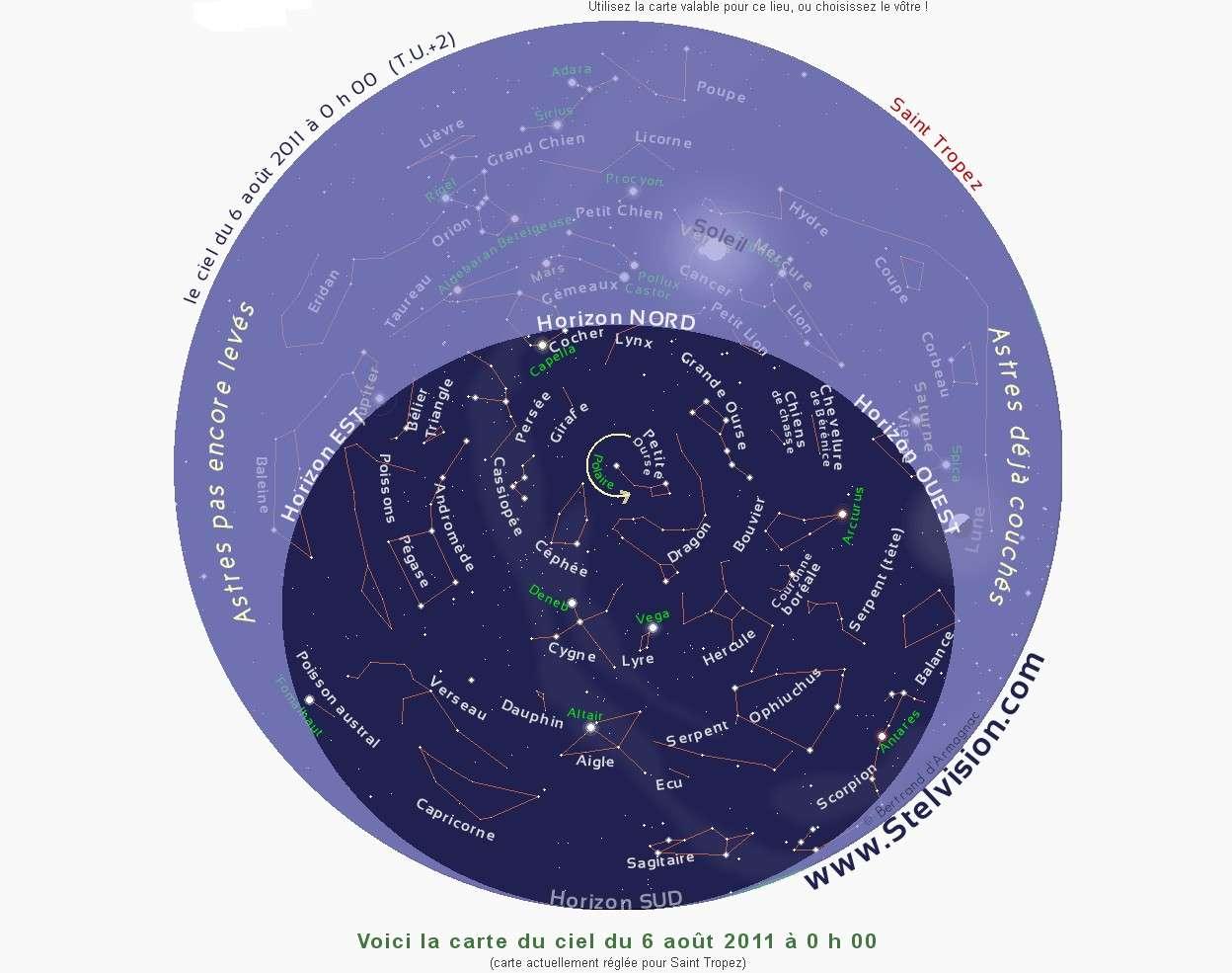 Incontournable, la carte du ciel proposée par le site Stelvision.com permet de s'y retrouver sous les étoiles. Le 6 août à minuit la Lune et Vénus viennent de se coucher, Jupiter va se lever et les brillantes étoiles du Triangle de l'été brillent au zénith. © Stelvision.com