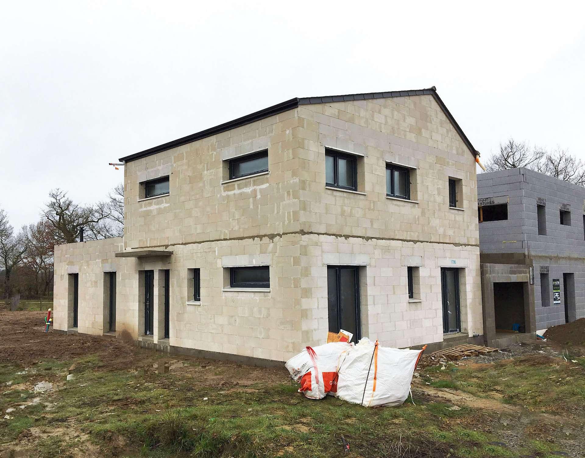 L'écoquartier de La Fleuriaye est la plus importante opération immobilière certifiée Passivhaus en France : bâtiments passifs, production d'énergie photovoltaïque et respect de la biodiversité pour un quartier à impact maîtrisé sur l'environnement.