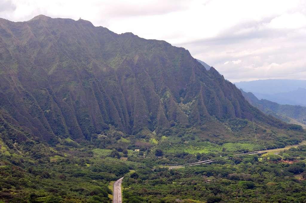 Oahu est une île d'origine volcanique, ce qui explique la nature basaltique de ses sous-sols. Les effets de l'érosion par la pluie et le vent sont bien visibles sur cette photographie. Le mont Ka'ala domine une population de 900.000 habitants du haut de ses 1.227 m. © jwinfred, Flickr, cc by-nc-nd 2.0