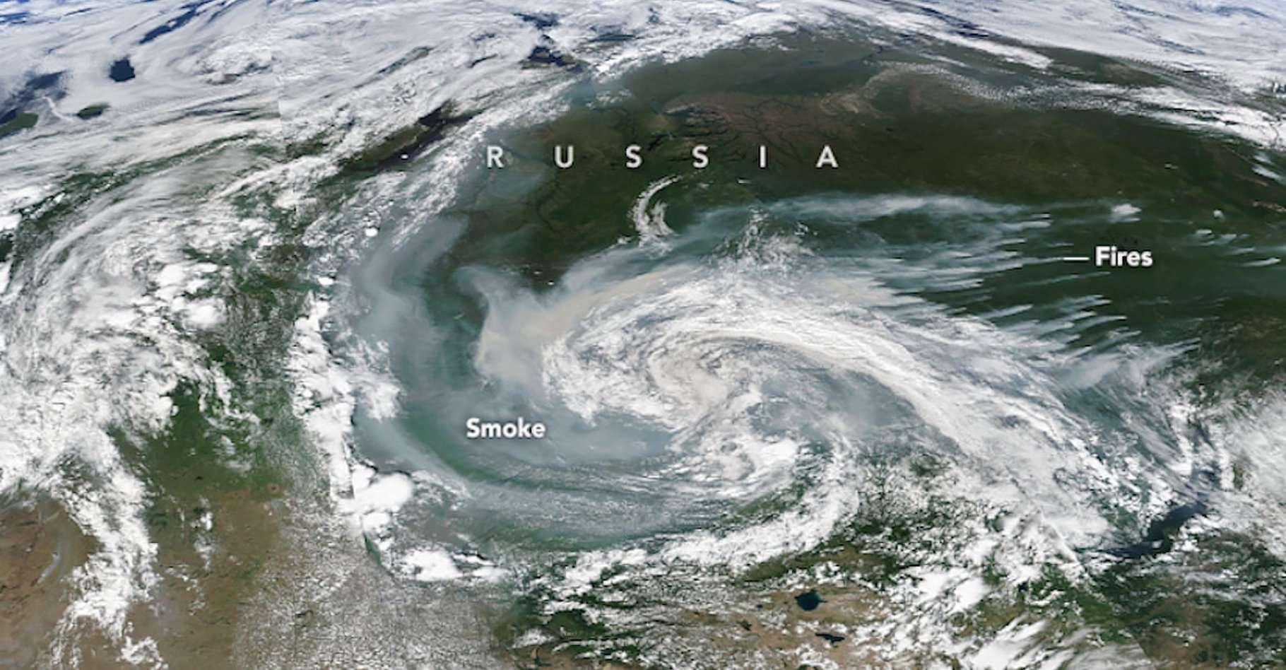 Cette image a été prise le 21 juillet dernier. On y découvre des panaches de fumée issus d'un incendie sur le côté droit. Le vent transporte ensuite la fumée vers le sud-ouest, au cœur d'un système orageux. © Joshua Stevens, Nasa Earth Observatory
