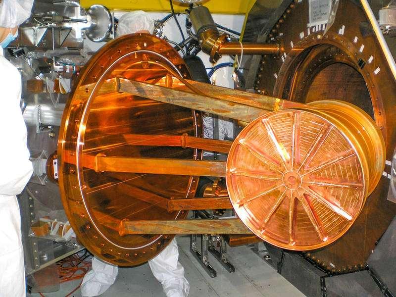 Une vue de l'expérience Exo-200. Elle contient 200 kg de xénon liquide dont une bonne partie est radioactive. On traque avec elle des désintégrations radioactives rares dites doubles bêta sans neutrinos. Leur découverte bouleverserait la physique des hautes énergies et indirectement la cosmologie. © Slac