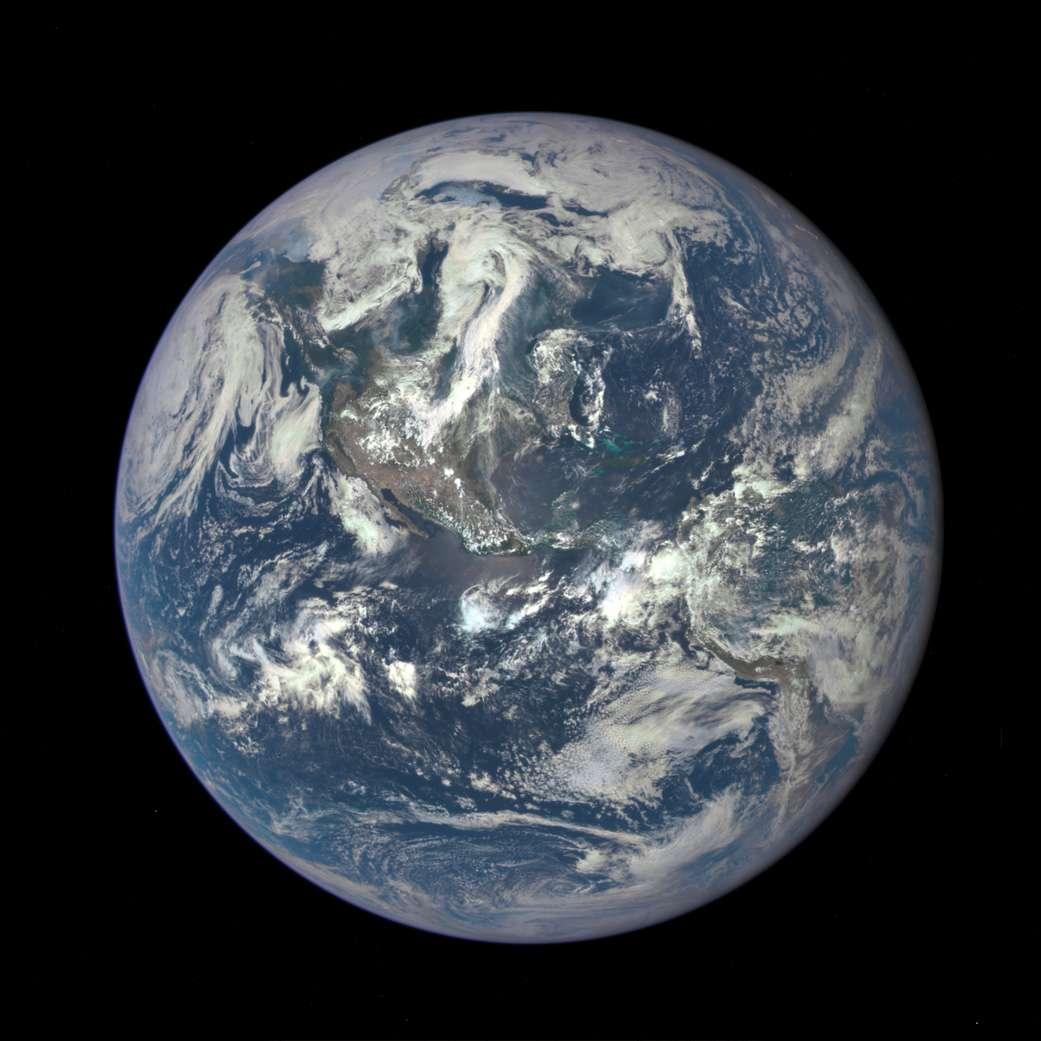 La Terre, le 6 juillet 2015, photographiée par le satellite DSCOVR (Deep Space Climate Observatory) à 1,6 million de kilomètres de distance. La précédente vue globale de notre planète remonte à 1972 et la mission Apollo 17. Les astronautes lui affublèrent alors le surnom de « Bille bleue » (Blue Marble, en anglais) qui est resté en usage… Ce cliché combine trois images séparées acquises avec Epic (Earth Polychromatic Imaging Camera) à travers les canaux rouge, vert et bleu (Epic capture dix images à travers différents filtres à bandes étroites). © Nasa