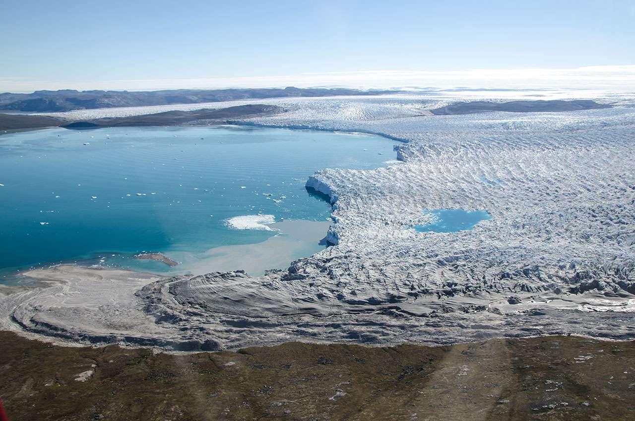 La fonte du Groenland se produit à un rythme jamais vu depuis des siècles, voire des millénaires, et risque d'aggraver la hausse déjà inquiétante du niveau des océans. © Sarah Das, Woods Hole Oceanographic Institution