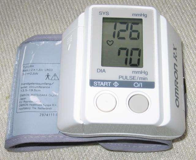 Les tensiomètres électroniques remplacent de plus en plus les sphygmomanomètres couplés avec les stéthoscopes. Les deux nombres qui composent la pression artérielle correspondent à la pression maximale au moment de l'expulsion du sang dans les artères (systole) et la tension minimale quand le cœur se gorge de sang (diastole). On l'exprime souvent en dizaines de mm Hg. Ainsi, une tension de 13-7 correspond à une pression systolique de 130 mm Hg et une pression diastolique de 70 mm Hg. © Julo, Wikipédia, DP