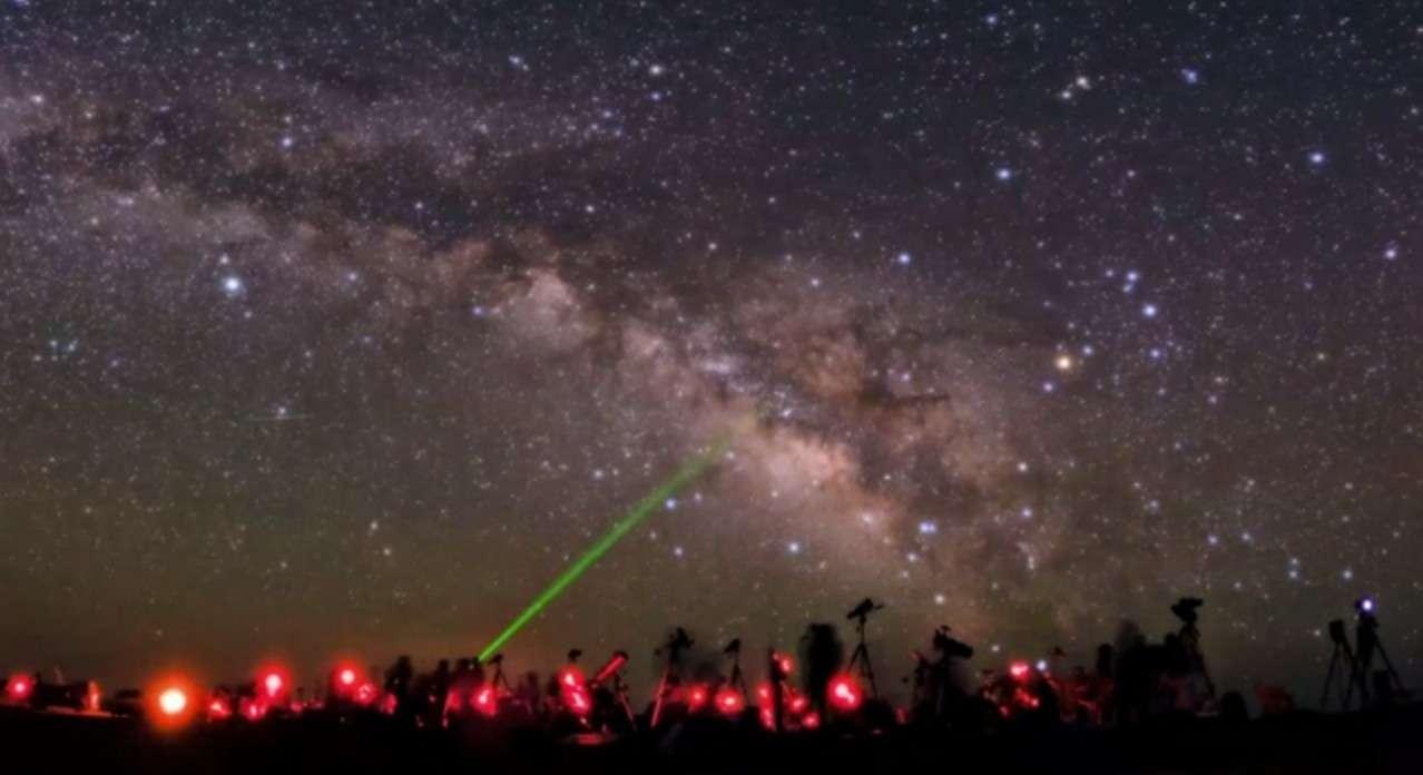 Séance collective d'exploration de la voûte céleste, l'une des images extraites de la vidéo de Babak Tafreshi. © Babak Tafreshi