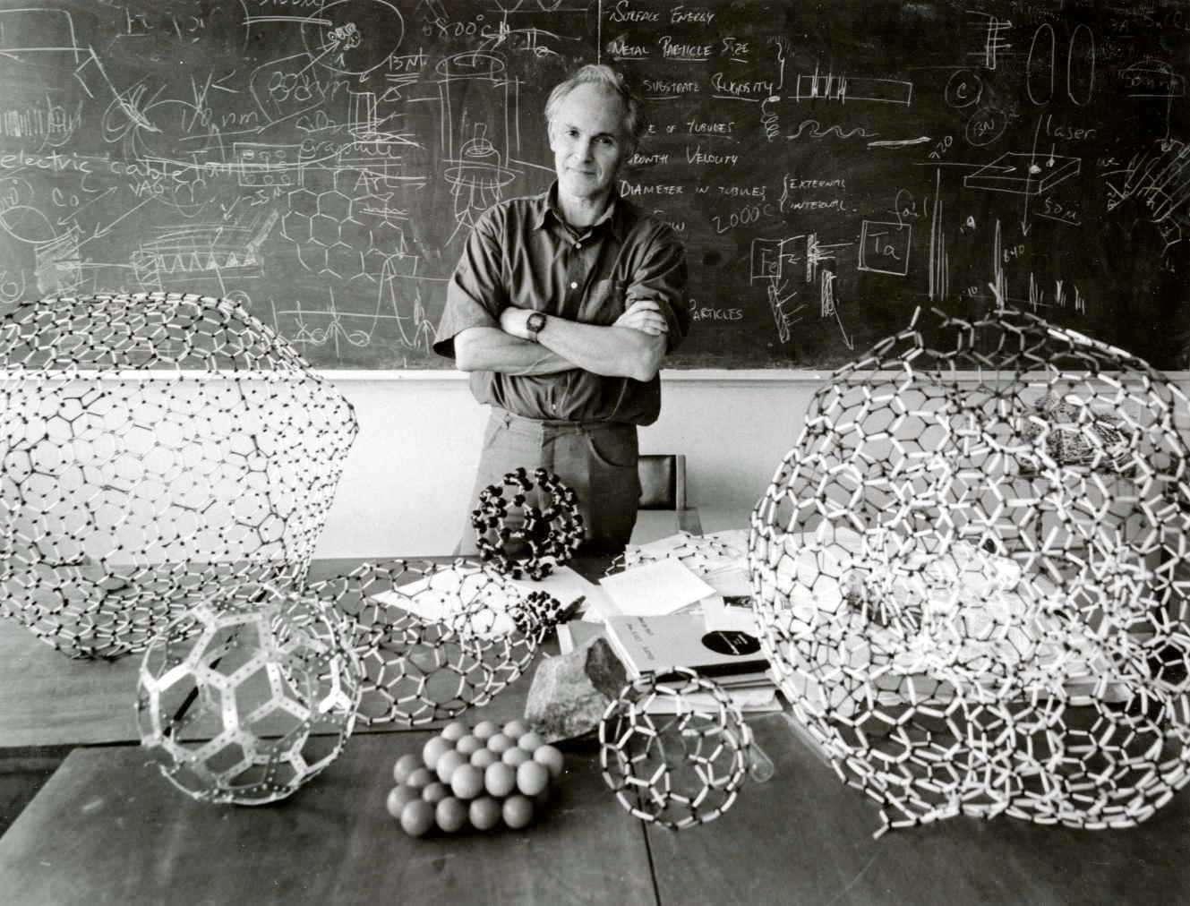 Harold Walter Kroto est un chimiste britannique, colauréat du prix Nobel de chimie de 1996, avec Robert Curl et Richard Smalley, pour sa découverte des fullerènes. Il est notamment célèbre pour avoir mis en évidence le buckminsterfullerène, parfois également appelé footballène, une molécule sphérique en C60 de la famille des fullerènes C2n. Ces structures fermées sont composées de (2n-20)/2 hexagones ainsi que de 12 pentagones. © Harold Kroto, www.kroto.info