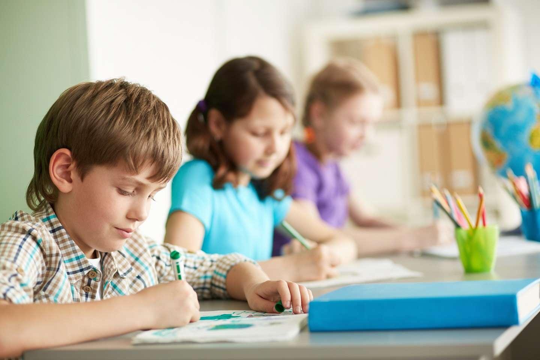 Bientôt des bureaux pour pouvoir rester debout à l'école ? © Pressmaster, Shutterstock