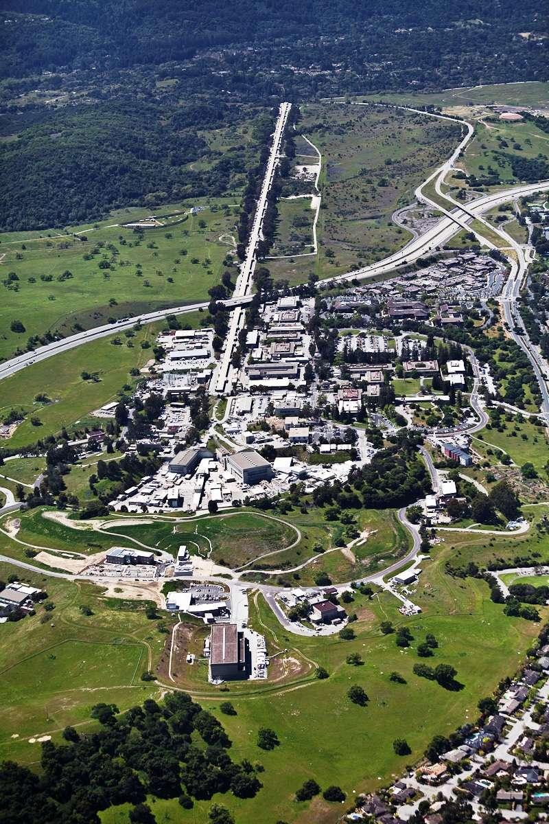 Une vue aérienne de l'accélérateur linéaire du Slac de 3,2 kilomètres de long. © Slac National Accelerator Laboratory