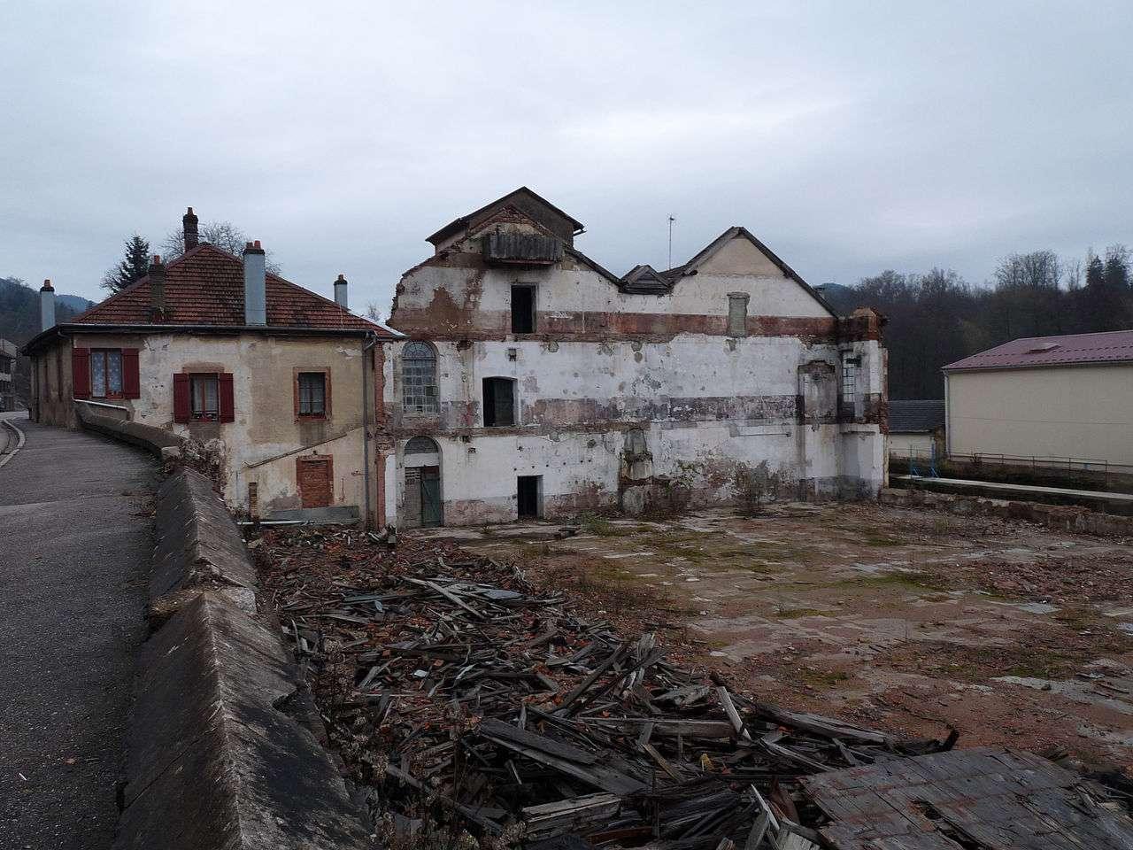 Une friche industrielle à la sortie de la ville de Senones, dans les Vosges. © Ji-Elle, Wikimedia Commons, cc by sa 3.0