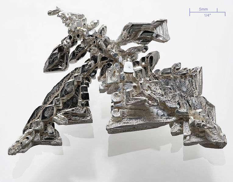 Cristal d'argent avec des structures dendritiques visibles. © Alchimiste HP, Wikipédia CC by nc nd 3.0