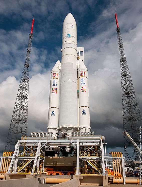 La fusée Ariane-5 sur son pas de tir à Kourou pour le vol V195, qui doit emporter le satellite de télécommunications Arabsat 5A (de l'opérateur Arabsat) et le satellite multi-missions COMS (de l'agence spatiale sud-coréenne, Kari). © Arianespace