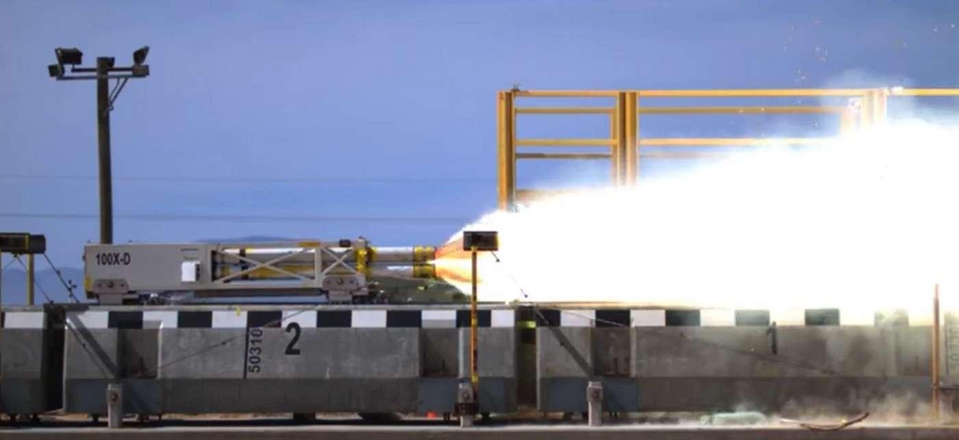 Le traîneau à sustentation magnétique de l'US Air Force s'élance pour son record de vitesse. © Holloman AFB