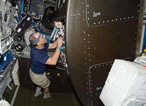 L'astronaute Donald Pettit, spécialiste de mission, configure le régénérateur d'eau à l'intérieur du module Destiny. Crédit Nasa