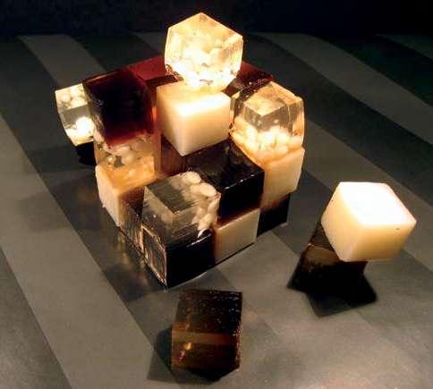 La cuisine moléculaire est pleine de surprises. Exemple avec ce B-52 en Rubik's Cube : le cocktail gélifié (triple sec, crème de whisky, liqueur de café) se picore, et remplace les chips et autres cacahuètes. © R. Haumont