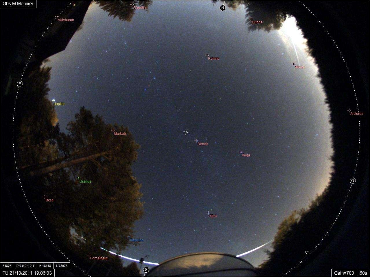 Image du bolide du 21 octobre passant à l'horizon derrière la coupole d'un observatoire amateur situé en Seine-et-Marne. © M.Meunier