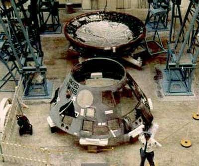 Démontage de la capsule Apollo pour les besoins de l'enquête.