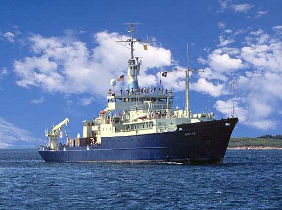 La campagne d'échantillonnage dans la gyre du Pacifique nord a été menée à partir du navire océanographique RV Knorr. Ce vaisseau est équipé d'un système à piston permettant la réalisation de carottes de sédiments longues de 46 m. © Woods Hole Oceanographic Institution