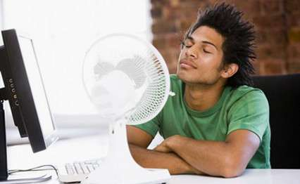 De longs épisodes de fortes chaleurs peuvent être dommageables pour la santé, en particulier chez les personnes fragiles, nourrissons, malades ou personnes âgées. La canicule s'installe quand il fait très chaud la nuit aussi et que le corps a du mal à récupérer. © Phovoir