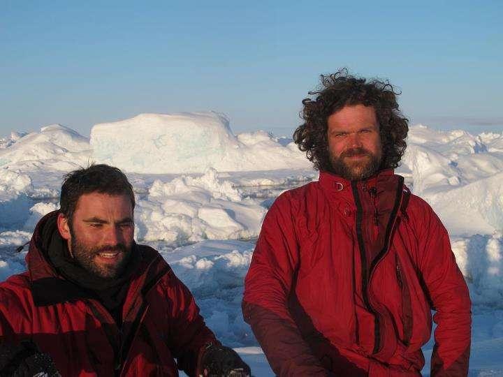 Dernière image de l'expédition Pôle Nord 2012. Julien Cabon (à droite) et Alan Le Tressoler, le 2 avril, attendent au Spitzberg leur départ vers le pôle Nord géographique. © Pôle Nord 2012