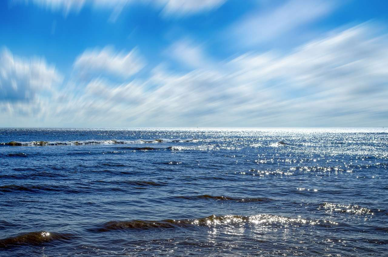 Le lien entre hydrosphère et atmosphère est étroit, et c'est à l'interface des océans et de l'air que s'échangent d'abondantes quantités de gaz, notamment de dioxyde de carbone. Ces quantités dépendent notamment des écosystèmes marins, eux-mêmes liés à l'activité d'une bactérie, Alteromonas. © PublicDomainPictures, pixabay.com, DP