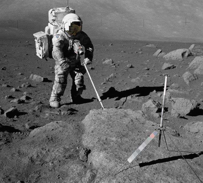Sur cette photo (en couleurs !), la combinaison de l'astronaute Harrison Schmitt apparaît littéralement recouverte de poussière. Crédit Nasa (Apollo 17)