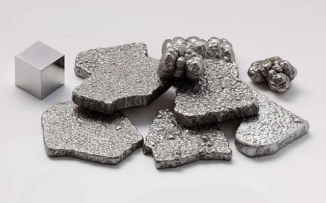Le fer est un métal ductile, malléable, magnétique. Il est le principal ingrédient de l'acier et de la fonte. © Alchemist-hp, Wikimedia Commons, CC by-nc-nd 3.0
