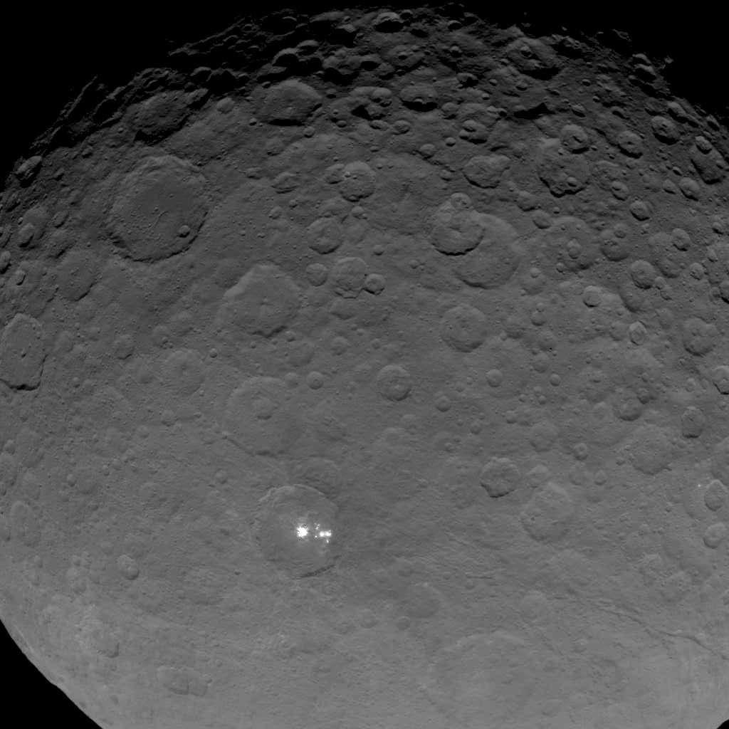 Cérès possède un énigmatique groupe de taches brillantes au fond de l'un de ses cratères. Il est visible sur cette photographie datant du 16 mai 2015 et qui a été prise à 7.200 km de sa surface. © Nasa, JPL-Caltech, UCLA, MPS, DLR, IDA