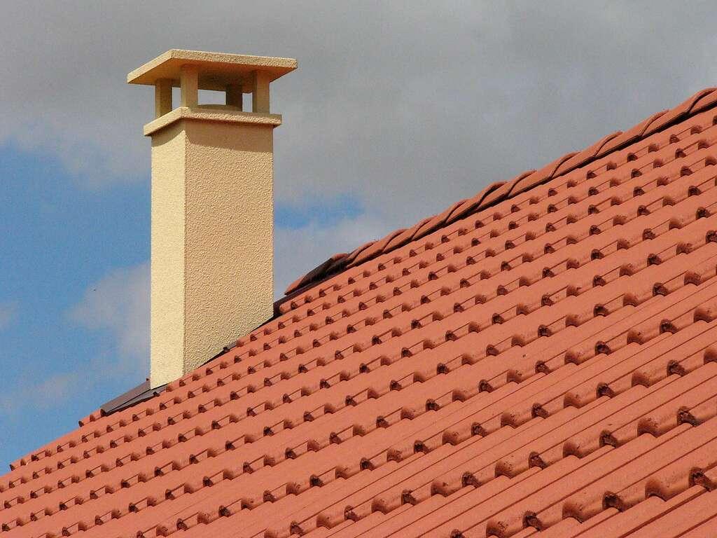 Avant de changer une tuile faîtière, à la jonction des versants de la toiture, il faut assurer sa propre sécurité. © zigazou76, Flickr, CC BY 2.0
