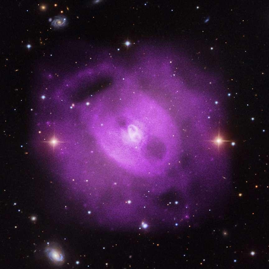 Les observations de Chandra en rayons X (en mauve) trahissent la présence d'un gaz chauffé à plus d'un million de degrés autour d'une galaxie elliptique géante. Ces émissions sont superposées à celles de la galaxie observée dans le visible par le programme du SDSS (Sloan Digital Sky Survey). © Rayon X : Nasa, CXC, SAO, S. Randall et al., visible : SDSS