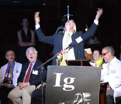 Dan Meyer, lauréat 2007 de l'Ig Nobel de médecine et avaleur de sabre, avait réalisé une impressionnante démonstration. Il a ouvert de la même manière la cérémonie 2008. © Alexey Eliseev