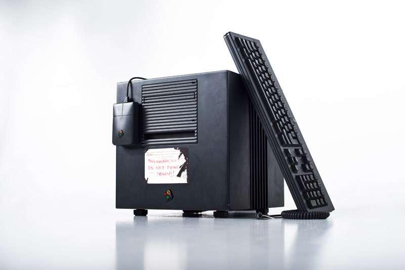 La station de l'entreprise Next de Tim Berners-Lee. Elle a affiché les premières pages Web. On peut lire sur l'étiquette, en rouge : « Cette machine est un serveur. NE PAS ÉTEINDRE !! ». Conçu par Steve Jobs, qui, alors, ne travaillait plus chez Apple, dont il avait été écarté par John Sculley en 1985, cet ordinateur puissant était livré avec un environnement de développement très efficace, un langage de programmation orienté objet et des outils graphiques de luxe. Outre le Web, la station Next a servi à créer le jeu Doom. Mais son prix élevé et ses caractéristiques originales l'ont réservée à un petit nombre d'utilisateurs, dont des instituts de recherche.